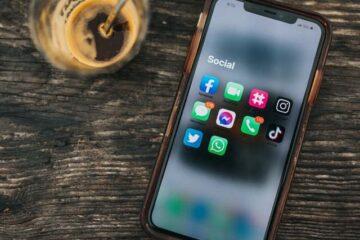 Mobil med sociala media-ikoner. Tips för marknadsföring på sociala medier